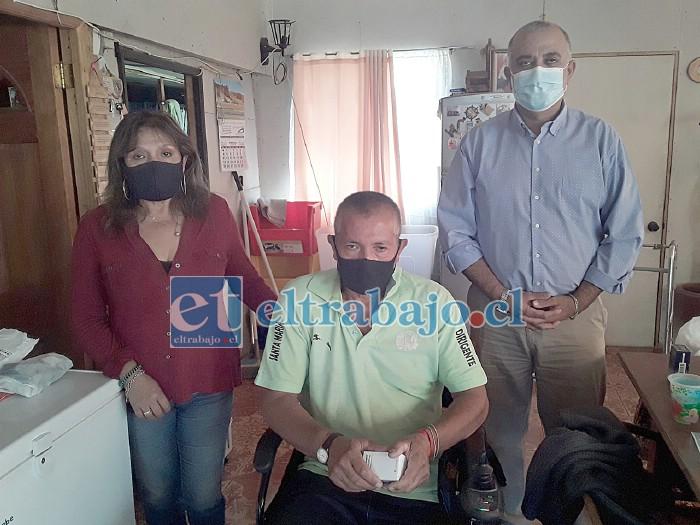 De izquierda a derecha Rosa Ahumada, Eduardo Ahumada en su silla de ruedas y el concejal Danilo Arancibia Brante.