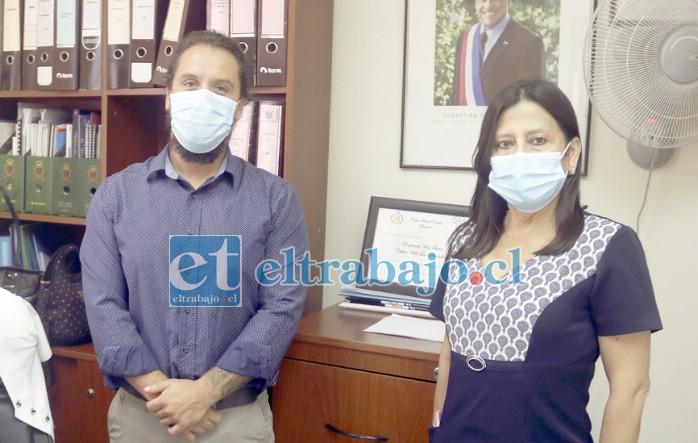 El nuevo director, Juan Madariaga, junto a la enfermera Mireya Ponce, quien se desempeñaba como directora.