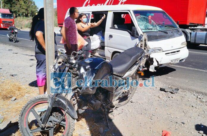 ACCIDENTE DEL DÍA.- Así quedaron la motocicleta y el furgón tras la fulminante colisión, un verdadero milagro que sobreviviera el motociclista a tal impacto.