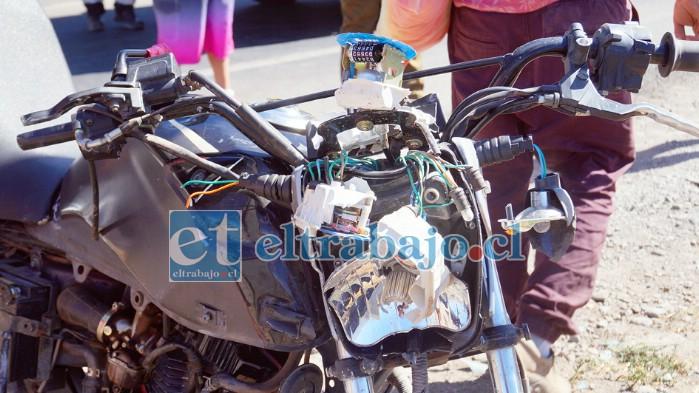 DESINTEGRADA.- La parte frontal de la motocicleta quedó completamente desintegrada tras el accidente.