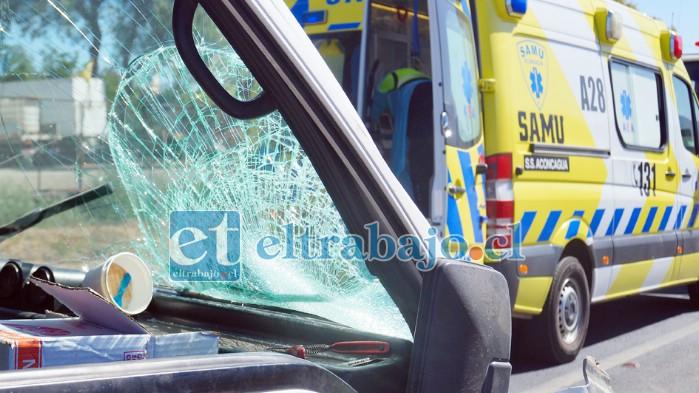 DE ALTA ENERGÍA.- El impacto fue de alta energía, la moto con su conductor se estrellaron contra el parabrisas del furgón.