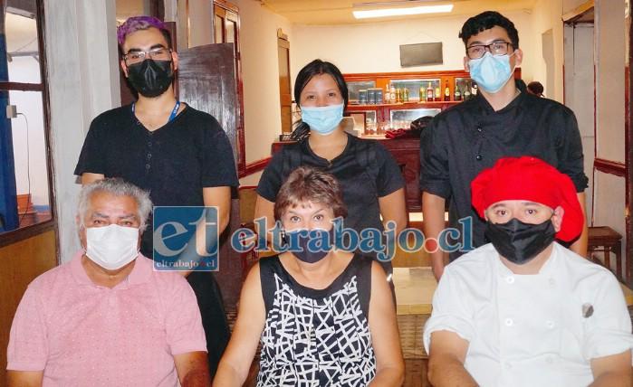 NUEVO AÑO, NUEVA ADMINISTRACIÓN.- Ellos son el conocido Sergio 'Pepa' Torrejón y su esposa Patricia Cataldo, acompañados por familiares y personal del restaurante.
