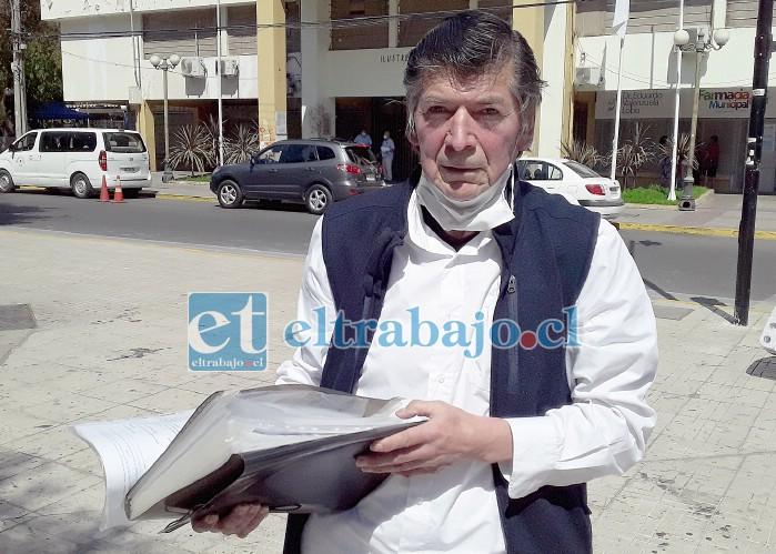 Tío Lalo en la plaza de armas de San Felipe, camino a la farmacia municipal Doctor Eduardo Valenzuela.