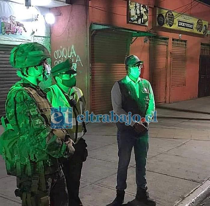 Personal de Carabineros permanece en las afueras del local denunciado.