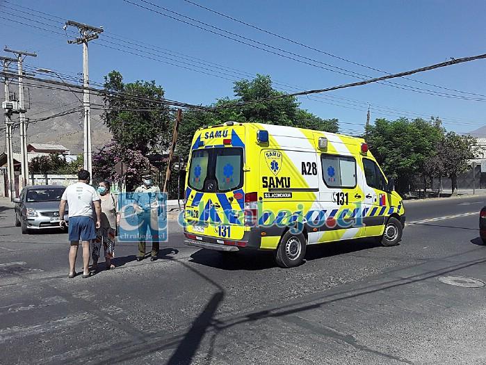 Carabineros, vecinos y la ambulancia, donde el adulto mayor atropellado estaba siendo atendido por personal de emergencia.