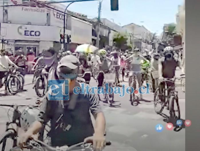Ciclistas protestan por la medida en el centro de la ciudad.