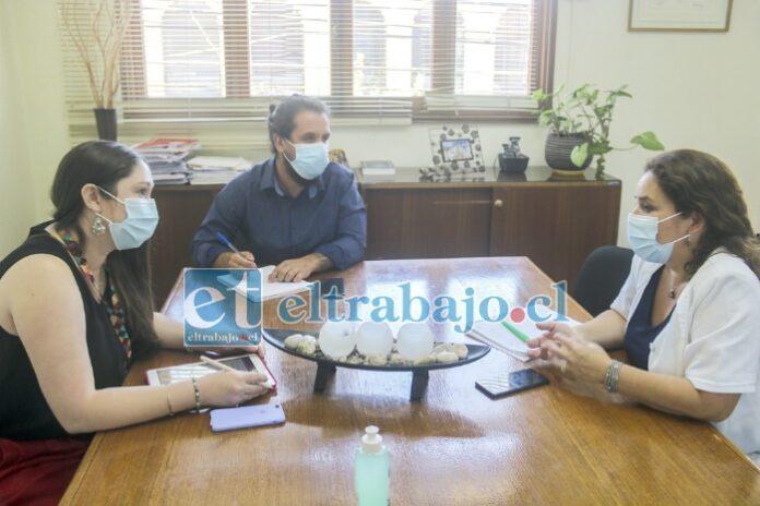 La alcaldesa (s) Carolina López Silva (izquierda), junto al director del Cesfam, Juan Madariaga Muñoz, en reunión con la jefa de la oficina provincial Aconcagua de la Seremi de Salud, Claudia Abarca.