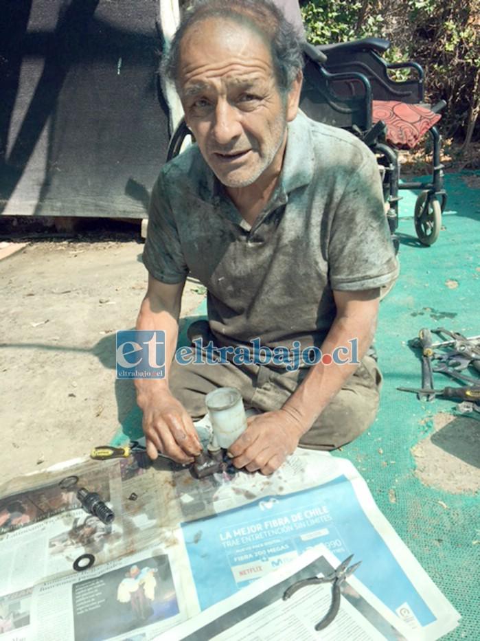 NO SE ARRUGA.- Aquí vemos en plenas labores de mecánico a don Iván Contreras, quien hace su trabajo a  domicilio.