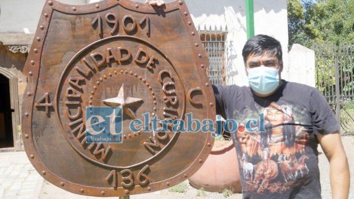 TALENTO LOCAL.- Este imponente escudo del pueblo lo hizo Juan González, él es uno de los mejores en trabajar el hierro, la chatarra y otras cosas.