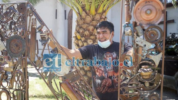 SIEMPRE JUANITO.- Aquí tenemos a Juan González, quien recuerda a las autoridades su compromiso con los artesanos de Curimón.