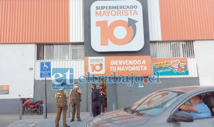 Un botín avaluado en cuatro millones de pesos entre dinero en efectivo y cigarrillos se llevaron delincuentes que asaltaron el supermercado 'Mayorista 10' en San Felipe.