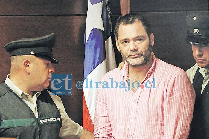 El abogado Cristián Rosselot fue detenido por Violencia Intrafamiliar tras agredir a su pareja la madrugada de ayer en la ciudad de San Felipe. En la imagen, en un procedimiento anterior cuando fue detenido por amenazas en febrero de 2019. (Foto latercera.cl)