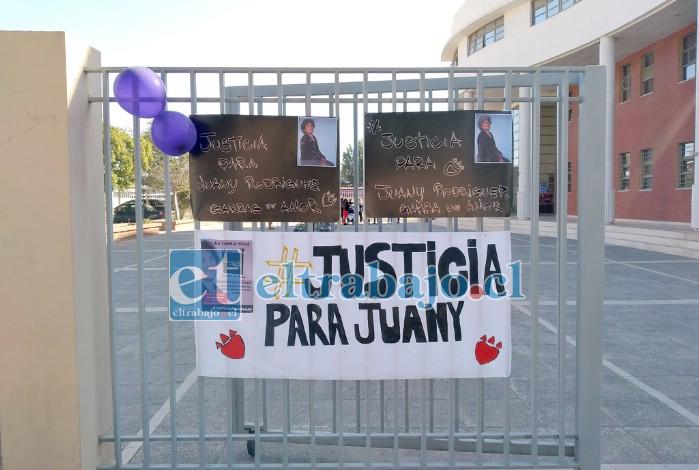 Fans colgaron lienzos pidiendo justicia por el fallecido integrante de la banda 'Garras de Amor'.