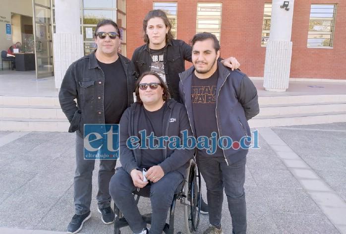 Los integrantes de la agrupación 'Garras de Amor' llegaron para acompañar a la familia.