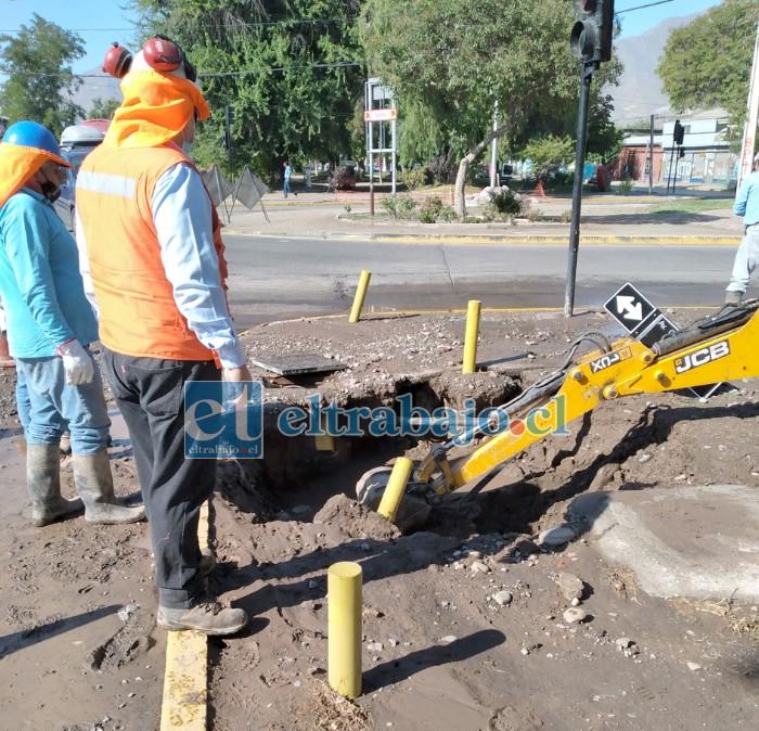 Este es el socavón que provocó la rotura de la matriz. Equipos de Esval trabajaron durante horas para reparar la estructura dañada.