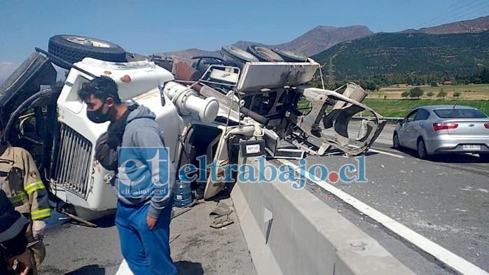 El grave accidente vehicular se registró en el sector de la Cuesta Chagres, donde un camión betonero volcó en medio de las dos pistas.