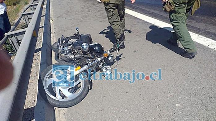 Un motociclista sufrió lesiones graves tras caer producto del derrame de petróleo del vehículo mayor.