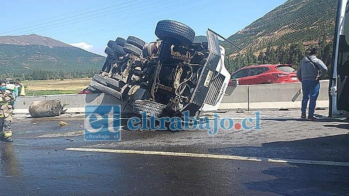 La impactante imagen  muestra la posición en que quedó el pesado vehículo.