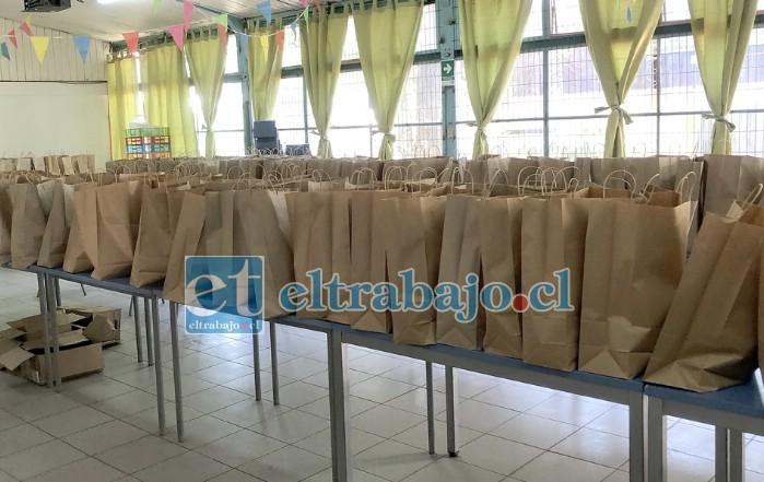 SAGRADOS ALIMENTOS.- Estas son las bolsas con mercadería que cada estudiante recibe para ser usadas en su hogar gracias a Junaeb.