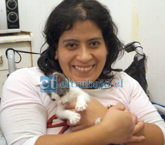 PUEDE PAGAR 120.000 AL MES.- Aquí tenemos a Yasmara con su pequeña compañera 'Kuka', su fiel gatita. Los interesados en arrendarle una mejor habitación, pueden llamarla al +56 9 47554047.