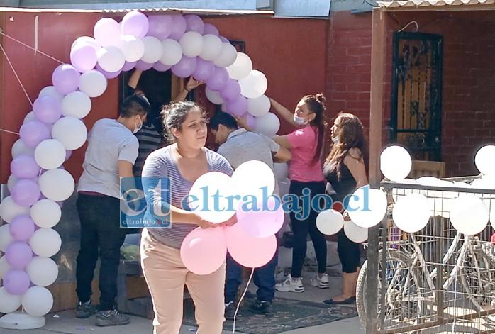 ESPERANDO A VALERIA.- La tarde de este martes se realizaban los preparativos para recibir el cuerpo de la joven Valeria en Villa Departamental.