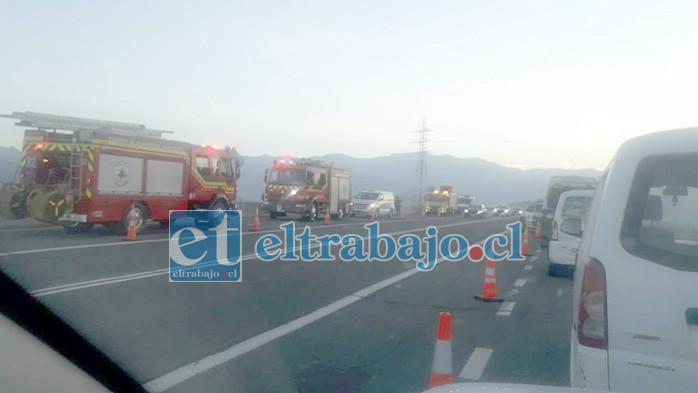 Bastante expectación causó la emergencia, con numerosos carros de Bomberos apostados a orilla de la carretera. (Foto redes sociales)