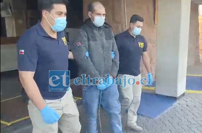 El imputado saliendo desde el Cuartel de la PDI en Los Andes.