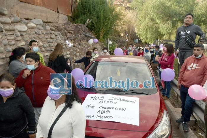MASIVA DESPEDIDA.- El angosto camino de calle Las Copas se hizo intransitable la mañana de este viernes en Algarrobal.