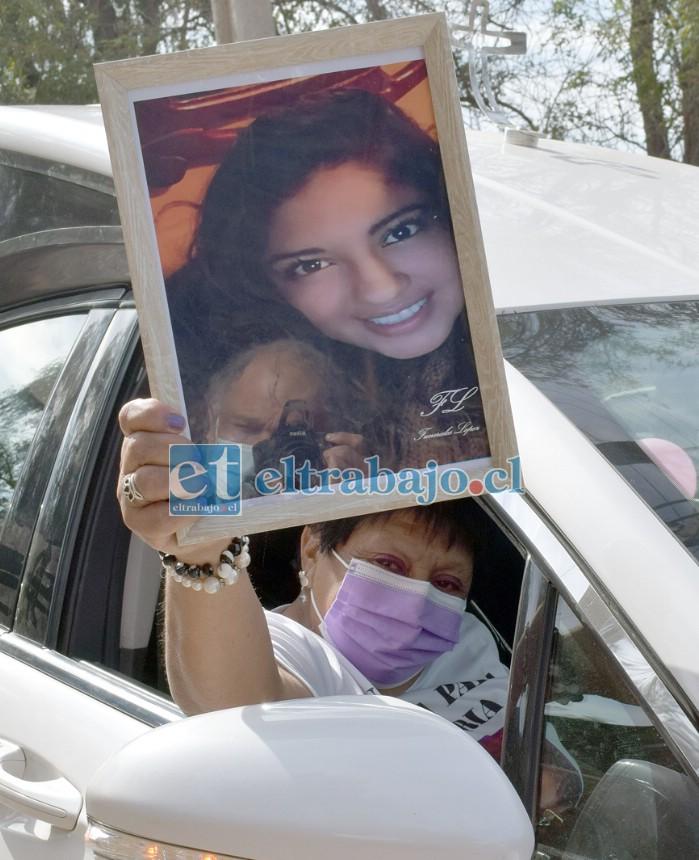 La madre de Valeria, Rosa Oyarzún Castillo, desde la carroza fúnebre agradeció a los vecinos el apoyo recibido en este amargo trance.