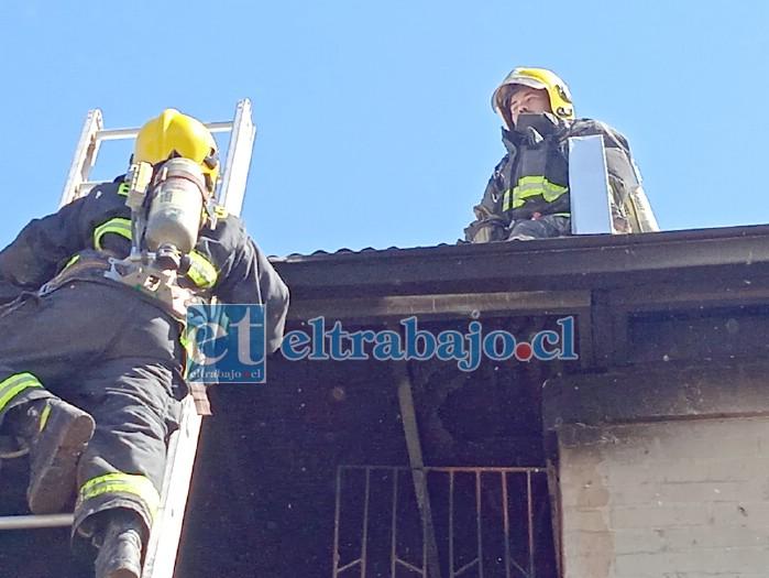 PELIGROSA LABOR.- Bomberos voluntarios debieron emplearse a fondo para aplacar las llamas en este bloque de departamentos.