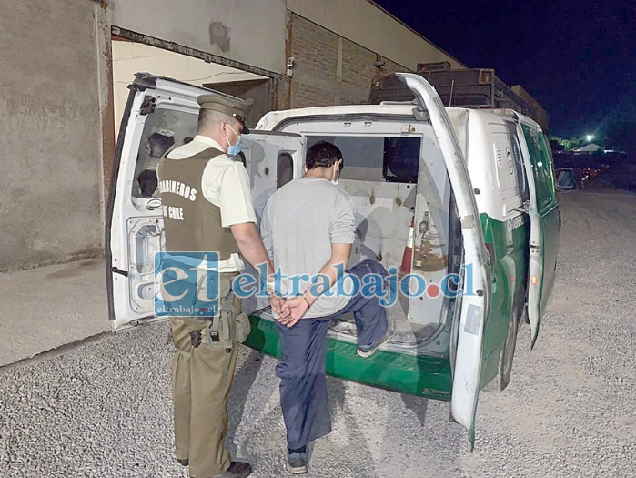 El sentenciado subiendo al carro policial de Carabineros de la Segunda Comisaría de San Felipe.