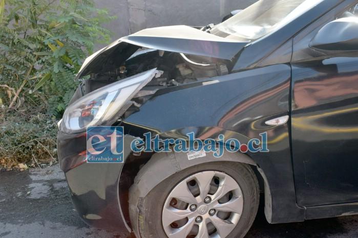 A REPARACIONES.- Así quedó el colectivo, el otro auto no sufrió daños mayores. Un día con mucha violencia en las calles.